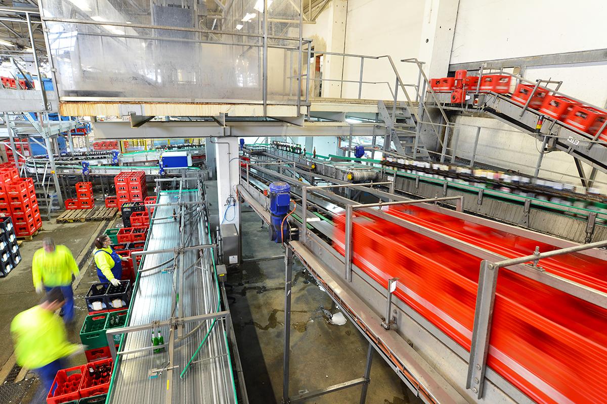 Industrieanlage mit Fliessband in einer Brauerei mit Bierkästen